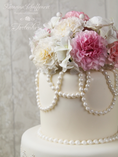 Weddingcake with Carnations